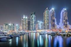 Dubai - 10 de enero de 2015: Distrito del puerto deportivo encendido Fotos de archivo libres de regalías