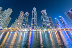 Dubai - 10 de enero de 2015: Distrito del puerto deportivo encendido Imagen de archivo