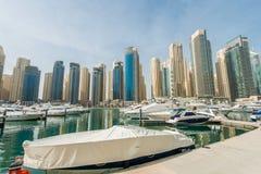 Dubai - 10 de enero de 2015: Distrito del puerto deportivo encendido Foto de archivo