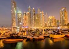 Dubai - 10 de enero de 2015: Distrito del puerto deportivo encendido Fotografía de archivo libre de regalías