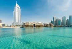 Dubai - 10 de enero de 2015: El hotel de la dirección encendido Foto de archivo libre de regalías