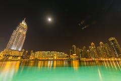 Dubai - 10 de enero de 2015: El hotel de la dirección encendido Fotografía de archivo