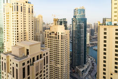 Dubai - 25 de enero: Vista de los rascacielos del puerto deportivo de Dubai en el afte Fotos de archivo