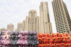 Dubai - 30 de enero: Vista de los rascacielos y del colorfu del puerto deportivo de Dubai Foto de archivo