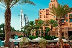 DUBAI - 3 DE JUNHO: O hotel e o distrito famosos do turista de Madinat Jumeirah Imagens de Stock Royalty Free