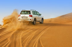 DUBAI - 2 DE JUNIO: Conduciendo en los jeeps en el desierto, entretenimiento tradicional Fotografía de archivo libre de regalías