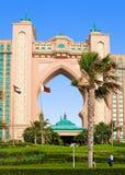 DUBAI - 3 DE JUNIO: El hotel famoso de la Atlántida en la isla de palma Foto de archivo libre de regalías