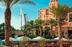 DUBAI - 3 DE JUNIO: El hotel y el distrito famosos del turista de Madinat Jumeirah Imágenes de archivo libres de regalías