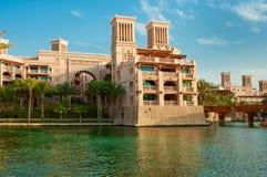 DUBAI - 3 DE JUNIO: El hotel y el distrito famosos del turista de Madinat Jumeirah Imagen de archivo