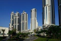 DUBAI - 11 DE MAYO: Abajo ciudad - grupo de edificios en de Dubai la ciudad abajo, parte del proyecto de la travesía del negocio  Foto de archivo libre de regalías