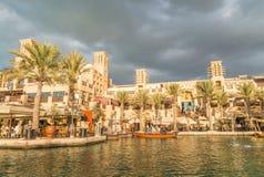DUBAI - DECEMBER 11, 2016: Madinat Jumeirah byggnader med touri Royaltyfria Bilder