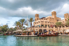 DUBAI - DECEMBER 11, 2016: Madinat Jumeirah byggnader med touri Arkivbilder