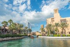 DUBAI - DECEMBER 11, 2016: Madinat Jumeirah byggnader med touri Royaltyfri Fotografi