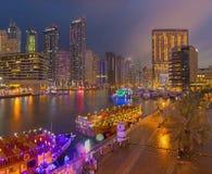 Dubai - der Abend der Jachthafenpromenade Lizenzfreie Stockfotografie