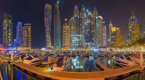Dubai - der Abend der Jachthafenpromenade Lizenzfreies Stockbild