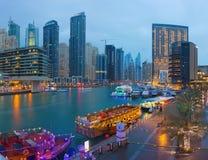 Dubai - der Abend im Jachthafen mit der Promenade Lizenzfreie Stockfotografie