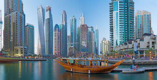 Dubai - der Abend Jachthafen lizenzfreies stockfoto