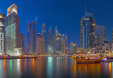 Dubai - der Abend Jachthafen lizenzfreie stockfotos