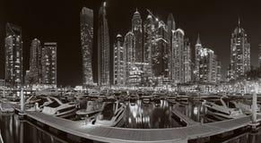 Dubai - der Abend der Jachthafenpromenade Stockbilder