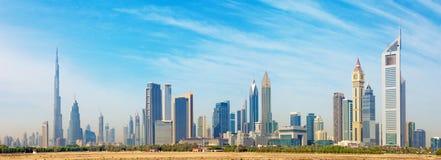 Dubai - die Skyline des Stadtzentrums mit dem Burj Khalifa und den Emirat-Türmen stockfoto