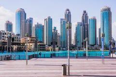 Dubai do centro além do lago Burj Khalifa Foto de Stock