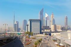 Dubai - el centro de la ciudad con la torre de los emiratos y Burj Khalifa en el fondo Fotografía de archivo libre de regalías