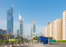 Dubai - el centro de la ciudad con la torre de los emiratos y Burj Khalifa en el fondo Imagenes de archivo