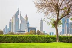 Dubai - el centro de la ciudad con las torres de los emiratos Foto de archivo libre de regalías