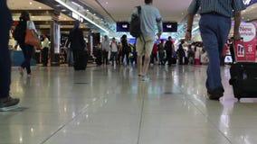 Dubai, el 2 de diciembre de 2017: Gente con equipaje que camina en área con franquicia del aeropuerto metrajes