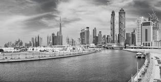 Dubai - el horizonte con el puente sobre el nuevo canal y céntrico Fotografía de archivo libre de regalías