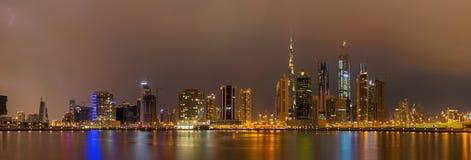 Dubai - el horizonte de la tarde sobre el canal y céntrico Fotos de archivo libres de regalías