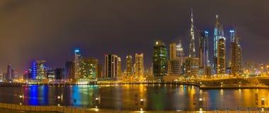 Dubai - el horizonte de la tarde sobre el canal y céntrico Fotografía de archivo libre de regalías