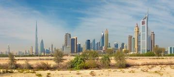 Dubai - el horizonte del centro de la ciudad con el Burj Khalifa y las torres de los emiratos Imagenes de archivo