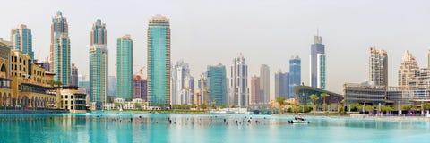 Dubai - el lago de la fuente en el centro de la ciudad Fotos de archivo