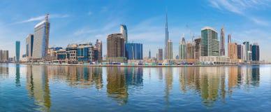 Dubai - el panorama con el nuevos canal y rascacielos del centro de la ciudad Fotos de archivo