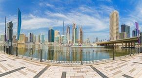 Dubai - el panorama con el puente sobre el nuevo canal y céntrico Imagen de archivo libre de regalías