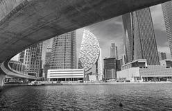 Dubai - el puente del nuevos canal y rascacielos Foto de archivo