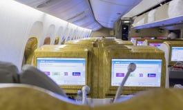 DUBAI, EMIRATE - 14. MÄRZ 2016: EMIRATE Boeings 777 erste Klasse mit Fernsehtouch Screen in den Emirat-Fluglinien in Dubai-Flugha Lizenzfreies Stockbild