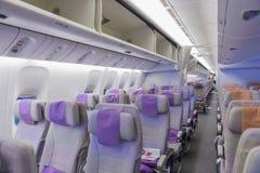 DUBAI, EMIRATE - 14. MÄRZ 2016: EMIRATE Boeings 777 Touristenklasse mit Fernsehtouch Screen in den Emirat-Fluglinien in Dubai-Flu Lizenzfreie Stockfotos