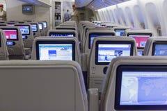 DUBAI EMIRATER - MARS 14, 2016: Boeing 777 EMIRATekonomiklass med TVpekskärmen i emiratflygbolag i den Dubai flygplatsen Fotografering för Bildbyråer