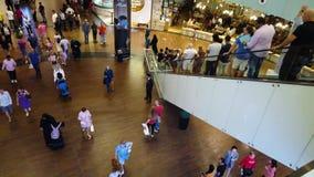 Dubai, Emiratos Árabes Unidos - 17 de abril de 2019: Alameda de Dubai interior com muitos visitantes que passam perto e que usam  filme