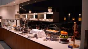 DUBAI, EMIRATOS ÁRABES UNIDOS - 4 de abril de 2014: O senador Business Lounge de Lufthansa no aeroporto DXB de Dubai Internationa foto de stock royalty free