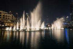 DUBAI, EMIRATOS ÁRABES UNIDOS - 7 DE DEZEMBRO DE 2016: A fonte de Dubai na noite É uma mostra da dança da água que alcança até 14 Imagem de Stock
