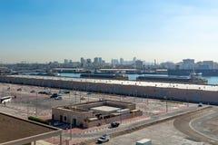 Dubai, Emiratos Árabes Unidos - 12 de dezembro de 2018: Porto da carga do mar, vista panorâmica de um forro do cruzeiro foto de stock