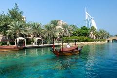 DUBAI, EMIRATOS ÁRABES UNIDOS - 7 DE DEZEMBRO DE 2016: Vista no hotel de Burj Al Arab do recurso luxuoso de Madinat Jumeirah imagem de stock royalty free