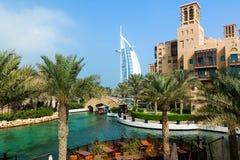 DUBAI, EMIRATOS ÁRABES UNIDOS - 7 DE DEZEMBRO DE 2016: Vista no hotel de Burj Al Arab do recurso luxuoso de Madinat Jumeirah fotografia de stock