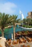 DUBAI, EMIRATOS ÁRABES UNIDOS - 7 DE DEZEMBRO DE 2016: Vista no hotel de Burj Al Arab do recurso luxuoso de Madinat Jumeirah fotos de stock