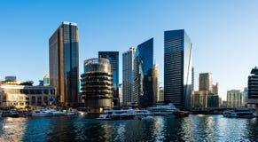 Dubai, Emiratos Árabes Unidos - 14 de fevereiro de 2019: Arranha-céus modernos do porto de Dubai e iate luxuosos em um dia ensola imagem de stock royalty free