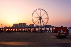 Dubai, Emiratos Árabes Unidos - 8 de março de 2018: Sunbeds e romanti fotos de stock royalty free