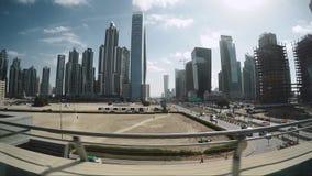 DUBAI, EMIRATOS ÁRABES UNIDOS - EM JANEIRO DE 2016: viaje no sistema elevado driverless moderno do metro do trilho de Dubai filme